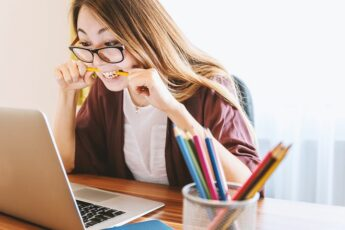 Guide to effective writing strategies: woman working at her laptop